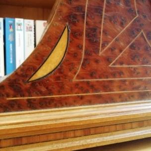 Détail marqueterie, croissant et lignes en citronnier avec contours de croissant en bois de rose.